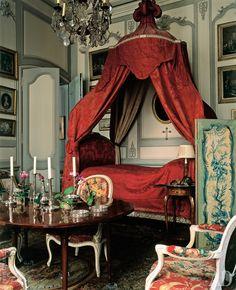 """Наличие в столовой кровати с пологом в стиле Людовика XV — дань традициям XVIII века, когда люди, особенно дамы, любили после трапезы """"передохнуть"""". Стол и стулья в стиле Людовика XVI и серебряная посуда — антикварные, XVIII века."""