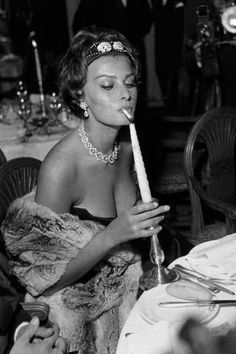 Sophia Loren at the 1958 Cannes Film Festival Old Hollywood Glamour, Vintage Hollywood, Classic Hollywood, Looks Party, Italian Actress, Women Smoking, Poses, Cannes Film Festival, Looks Cool
