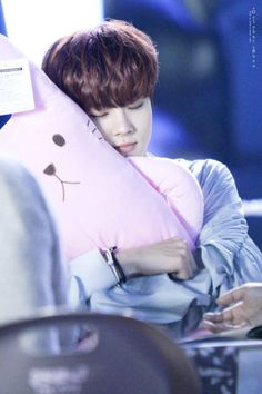 Wooshin looks so cute hugging that plushie