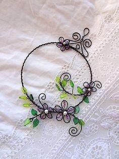 PREDANÉ - veľmi rada vyrobím podobný venček ...kvety kvitnú neobmedzene ! Dekorácia vhodná do interiéru ,vyrobená zo železného drôtu - ošetrený.... Copper Wire Art, Copper Jewelry, Wire Jewelry, Turquoise Jewelry, Wire Crafts, Bead Crafts, Jewelry Crafts, Wire Art Sculpture, Wire Sculptures