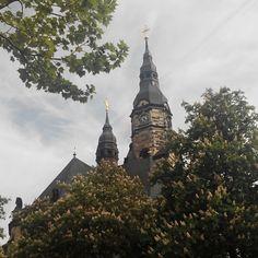 Der Turm der Michaeliskirche in #Leipzig #Gohlis, versteckt hinter blühenden Kastanienbäumen.  Nur gut einen Kilometer entfernt vom #Zentrum der #Stadt. Immer wieder hübsch anzusehen!   #Kirche #Church #Buildings