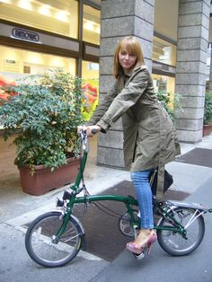 Green M type Brompton urban challenge Milano Buy Bicycle, Folding Bicycle, Bicycle Girl, Bicicleta Brompton, Bike Suit, Female Cyclist, Bike Photography, Cycling Girls, Urban Bike