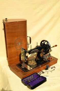 Sewing Projects for Beginners Antique hand crank sewing machine PFAFF + accessories hand crank sewing machine PFAFF + accessories Sewing Machines Best, Brother Sewing Machines, Treadle Sewing Machines, Antique Sewing Machines, Sewing Art, Sewing Rooms, Love Sewing, Pfaff, Sewing Machine Accessories