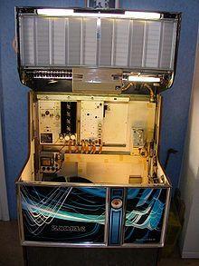 Los jukebox suelen ser de un metro y medio de altura, con la parte superior redondeada e iluminación de color en el frente y sus lados verticales.