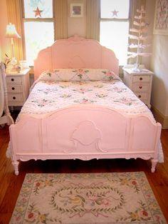 cama antiga pintada de rosa