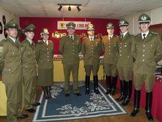 Uniforme de servicio de Carabineros de Chile (izquierda) y la Escuela de Carabineros  (derecho) / Service uniform of the Chilean Police (left) and Police Academy (right)