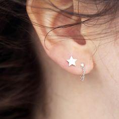 We love a good earparty! Alle oorbelletjes van Møre Støries zijn gemaakt van écht zilver! ✨ Én ze zijn fijn geprijsd vanaf 9,99! #lucardi #jewelry #jewellery #earrings #earparty #mixandmatch #minimal #minimalistic #star #chain #morestories #new