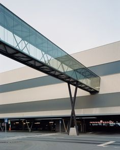 Directly on so many levels: Innovative car park design - # . - Directly on so many levels: innovative parking garage design – - Bridges Architecture, Architecture Panel, Architecture Details, Landscape Architecture, Car Park Design, Parking Design, Sky Bridge, Pedestrian Bridge, Glass Bridge