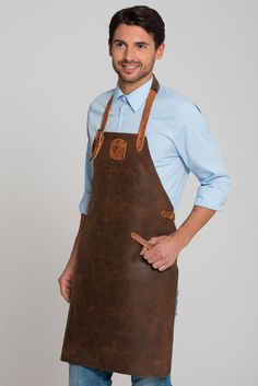 Lincoln Leather Apron cm: This handmade bip apron made of cowskin is a trendy eye-catcher for all occasions. The soft leather cover of the . Leather Cover, Soft Leather, Lincoln, Hard Wear, How To Wear, Bbq Apron, Leather Apron, Trendy Accessories, Looks Great