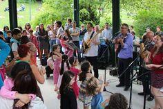 GTumbao de l'association Música Baila Y Vivo et le groupe Luna Y Su Banda vous ont proposé un après-midi de danses cubaines en plein air dans le kiosque du parc Montsouris avec de la musique live et de la musique enregistrée.