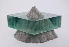 L'artiste originaire de Nouvelle-Zélande Ben Young, dont j'avais déjà parlé cet été, travaille en utilisant des feuilles de verre bleuté qu'il découpe et superpose pour créer des sculptures, le plus souvent sur le thème de l'eau et de la mer, où le verre se mélange au béton pour créer des paysages.