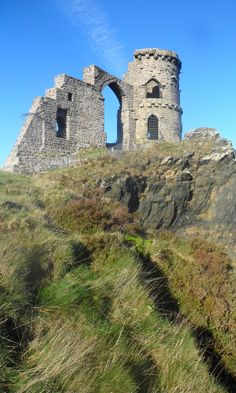 Mow Cop Castle, Staffordshire, England A folly built in 1754 by a local landowner to make the view from his property more picturesque Castle Ruins, Medieval Castle, Beautiful Castles, Beautiful Buildings, Small Castles, Fantasy Art Landscapes, English Castles, England, Stoke City