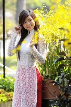 An Ao Dai is the traditional garment of Vietnamese women, like Dao wears. This is my perception of what Dao looks like. Vietnamese Traditional Dress, Vietnamese Dress, Traditional Dresses, Asian Woman, Asian Girl, Chiffon, Ao Dai, White Girls, Long Tops