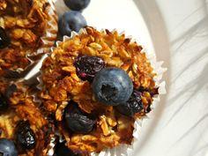 Dziś mam dla Was pyszne śniadaniowe babeczki owsiane. Te muffinki są idealne na śniadanie szczególnie wtedy, gdy potrzebujemy przekąski, którą możemy zabrać ze sobą w drogę. Dziś jadę w rodzinne strony na ślub mojej siostry, więc pomyślałam, że te babeczki świetnie sprawdzą się w podróży. Muffinki robi się bardzo szybko i co najważniejsze – są w nich same wartościowe składniki – pełne błonnika płatki owsiane, bogate w białko jajka i mleko migdałowe. Z poniższego przepisu wyszło mi 20 małych…