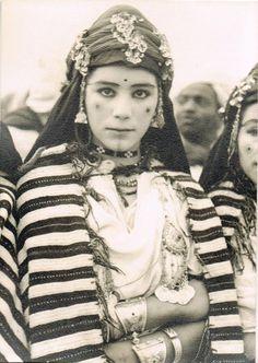 Une jeune femme de la région de ouarzazate Berber Tattoo, Middle East Culture, 3d Foto, Tribal People, African Tribes, Anthropologie, People Of The World, North Africa, Mode Inspiration