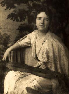 Ethel de Long Zande with mountain dulcimer 1915