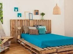 DIY pallet bed frames – fantastic ideas for the design of bedroom furniture - Decoration 4 Pallet Bedframe, Diy Pallet Bed, Wooden Pallet Projects, Pallet House, Wooden Pallet Furniture, Pallet Ideas, Wood Pallets, Pallet Wood, Pallet Seating
