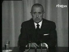 Carlos Arias Navarro, entonces presidente del Gobierno, anuncia el 20 de noviembre de 1975 a todos los españoles la muerte de Franco. Muy emocionado, Arias lee el testamento político del dictador antes de proferir con voz quebrada un ¡Viva España!.