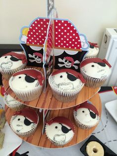 Pirate cupcakes to match the treasure chest cake