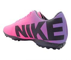 Chuteira Society Nike Mercurial Roxo e Pink - Cabedal confeccionado em material sintético. Conta com fechamento em cadarços e etiqueta interna. Traz o logotipo da marca nas laterais e no solado. Oferece forro em material sintético com reforço ...