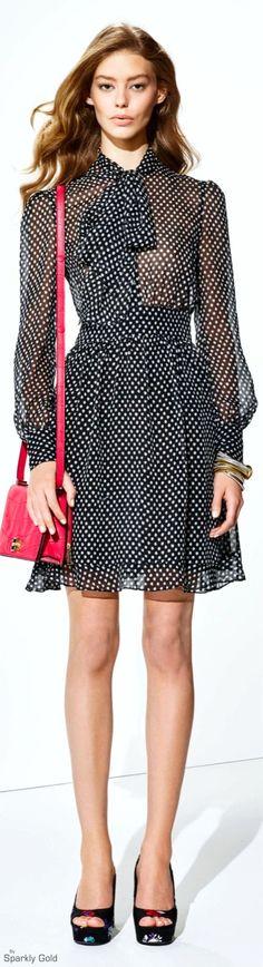 Robe fluide à manches longues, noir et pois blanc, sac à main rouge, Diane von Furstenberg Resort 2016