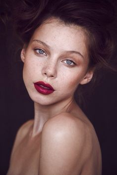 bare shoulders and nude dewey makeup w/deep full berry lips and soft hair and lighting. her freckles! Beauty News, Beauty Hacks, Dewey Makeup, Portrait Male, Makeup Tips, Hair Makeup, Makeup Ideas, Makeup Inspo, Make Up Inspiration