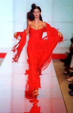 Gisele Bündchen au défilé Valentino haute couture automne-hiver 1999 http://www.vogue.fr/mode/mannequins/diaporama/gisele-bndchen-en-50-dfils/20147/carrousel#gisele-bndchen-au-dfil-valentino-haute-couture-automne-hiver-1999