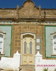 Porta principal de casa algarvia construída em 1927. Algarve, Taj Mahal, Doors, Mansions, House Styles, Building, Travel, Design, Home Decor