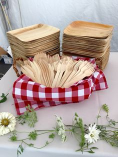 Bamboo plates and utensils //.ecobioshopping.it/it/ & We have 10 tips on how to plan your zero-waste event. Go eco ...