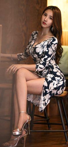 I ❤️ her beautiful legs in high heels and lovely mini dress. Great Legs, Beautiful Legs, Simply Beautiful, Sexy Dresses, Fashion Dresses, Sexy Women, Asia Girl, Beautiful Asian Women, Facon