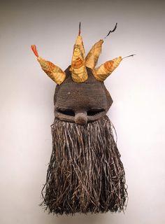 African mask, fiber and feathers Art Premier, Inuit Art, Head Mask, African Artists, Masks Art, African Masks, Western Art, Tribal Art, Diy Costumes