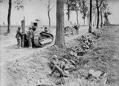 September 1918: Canadian troops taking cover in a ditch alongside the road from Arras to Cambrai / Les troupes canadiennes se mettent à l'abri dans un fossé le long de la route d'Arras à Cambrai