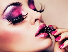 love the vibrant eyeshadow with these crazy funky lashes!!!