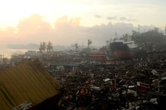 IlPost - Tacloban, Filippine - Una nave trasportata su una riva insieme alle macerie di edifici distrutti dal tifone Hayan.  (NOEL CELIS/AFP/Getty Images)
