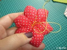 C de Cici: PAP - Peso para Porta: Florzinhas Simple Christmas, Christmas Diy, Christmas Ornaments, Fabric Flower Tutorial, Fabric Flowers, Sewing Projects, Craft Projects, Projects To Try, Broken Crayons