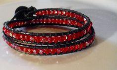 Wickel - Armband aus schwarzem Lederband und wunderschönen roten facettierten Glasschliffperlen mit leichtem Regenbogeneffekt!    Dieses elegante u...