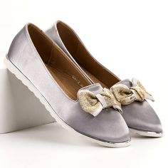 The satin material and the execution of these ballerinas make this model a very feminine solution that fits many styles. The shoes are made of friendly plastic, provide softness Bow Season, Types Of Heels, Friendly Plastic, Satin Material, Artificial Leather, Spring Summer Fashion, Feminine, Flats, Grey