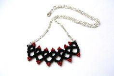 Collana con pizzo chiacchierino nero e rosso di Il filo chiaro su DaWanda.com