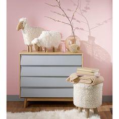 Déco chambre enfant mur rose commode grise en bois décoration scandinave petit mouton statue et pouf en fausse fourrure effet mouton tapis peau ambiance naturelle romantique et douce pour chambre de bébé fille déco rose grise et blanche intérieur