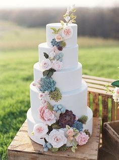 Ah pink roses and succulents on your wedding cake.....so pretty !