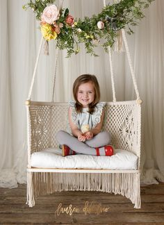These 8 beginner macrame projects other than wall hanging is THE BEST! From plant hanger, headboard, chair to feather DIY simple and easy tutorial Anfänger Makramee-Projekte andere als Wandbehang - Lynne - . Macrame Design, Macrame Art, Macrame Projects, Macrame Hanging Chair, Macrame Chairs, Hanging Chairs, Hanging Plants, Kids Hanging Chair, Hanging Crib