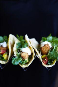Börja med att baka tortillabröden.  Bena ur torsken och skär filéerna i bitar.  Knäck äggen i en skål, häll upp mjöl i en annan och panko i en tredje. D...