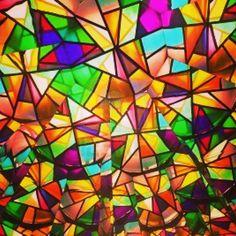 Le persone sono come le vetrate. Scintillano e brillano quando c'è il sole, ma quando cala l'oscurità rivelano la loro bellezza solo se c'è una luce dentro (E. Kubler – Ross)