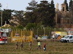 Serviços de resgate são mobilizados após queda de avião no aeroporto de Malta, na manhã desta segunda-feira (24) (Foto: Darrin Zammit-Lupi/ Reuters )