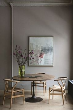 Wall colour for cabinetry Soho loft apartment belonging to Ochre owners, Andrew Corrie & Harriet Maxwell. Beautiful photographs by Ditte Isager, of this quietly stylish family home. x debra via planete & remodelista Soho Loft, Ny Loft, Room Inspiration, Interior Inspiration, Design Inspiration, Mesa Tulip, New York Loft, Tulip Table, Wishbone Chair
