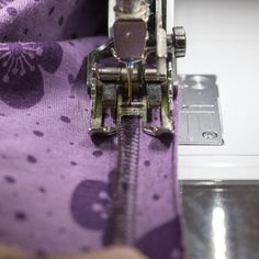 Offener Halsausschnitt im Coverlook » BERNINA Blog Janome, Cover, Blog, Shirts, Sewing, Diy, Serger Sewing Projects, Sew Mama Sew, Sew Dress