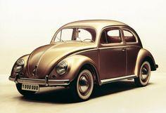 Das Auto zum Wirtschaftswunder:  Der VW Käfer, entwickelt und konstruiert in den Dreißigerjahren, war ein wesentlicher Träger der Massenmobilisierung in den Nachkriegsjahren. Immer wieder wurde das Auto verbessert, ab 1952 etwa waren der zweite und vierte Gang des Getriebes synchronisiert, ab 1954 leistete der luftgekühlte Boxermotor 30 PS, 1950 gab es eine Exportversion mit 34 PS und Vollsynchrongetriebe. 1978 wurde die Käfer-Produktion in Deutschland eingestellt, 2003 lief, nach mehr als…