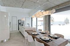 cocina moderna con techo de cemento