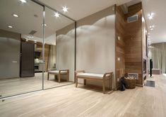 Példa előszobában, laminált padló sarokban, a tér semleges színárnyalataival kombinálva