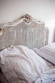 Nossa antiga cama pintada de branco...